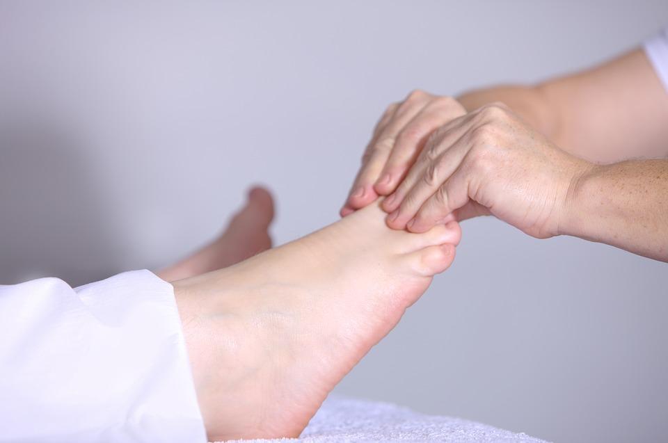 El cuidado de los pies de las personas diabéticas.